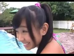 プールサイドで日焼け跡が付いた巨乳を晒して玩具責めされちゃう巨乳娘