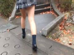 ガチ素人パンチラ盗撮 素朴普通な一般ミニスカ制服JKを階段でスカート持ち...