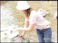 池で水遊びする女の子の胸チラを盗撮