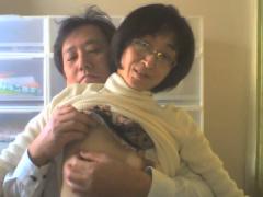 個人撮影 本物夫婦 貧乳の乳首を苛められて喘ぐ京都の四十路妻 美由紀
