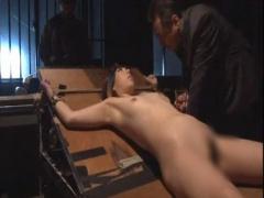 電流拷問 敵兵女スパイが単独で基地内に侵入したので捕獲し全裸縛り付け感...