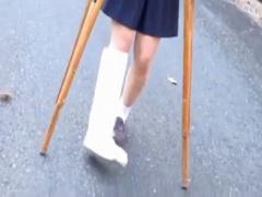 放尿レイプ ド田舎山村の松葉杖骨折セーラー服美少女JKが下校中に我慢でき...