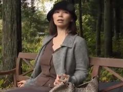 人妻の欲求不満の解消法、公園の公衆トイレで男を誘い、ベンチに座りパン...