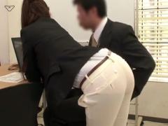女上司の履いているピタピタのパンツスーツから透けて見えるパンティライ...