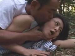 森林青姦レイプ…森の中が密会不倫セックスの場所、強姦魔が女が一人になっ...
