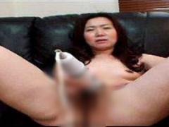 無修正熟女動画 知り合った四十路熟女の性欲が化け物だったwソファーに座...