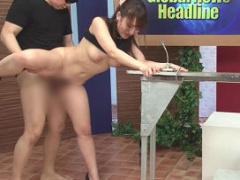 番組の放送中、常にチンポをハメられながらニュースをお送りする美人女子...