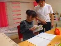 おっさん家庭教師が幼気な生徒を机の下では電マ責め