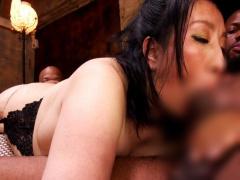 ぽっちゃり巨乳巨尻の五十路熟女の黒人3Pセックス! 巨根をアナル&マンコ串...