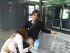 変態お姉さんが駅構内で初対面の男のちんぽをフェラ抜きして裸で車内や駅...