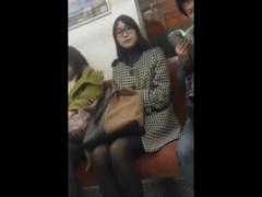 個人撮影 メガネがエロい素人美熟女OLを盗撮中に一瞬目が合って! ?黒パン...