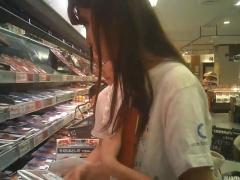 個人撮影 盗撮 イ〇ンで夕飯の買物中の若妻奥さまのショートパンツの中を...