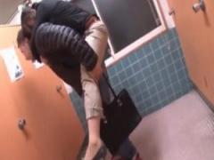 泥酔女を介抱するフリしてトイレレイプ