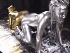 全身を金銀ボディーペイントした女のレズプレイ ウェット&メッシー