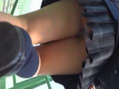 盗撮 街行く制服女子校生達のミニスカートから覗く生足パンチラを隠し撮り