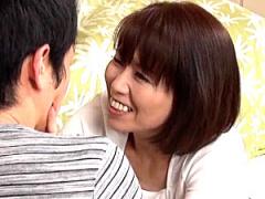 細身で貧乳の熟女母が息子の同級生を痴女って中出しエッチ! 高坂紀子