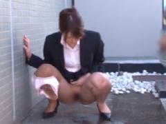 スーツ美女の羞恥放尿 野ションを目撃された美女が病院の廊下で放尿をさせ...