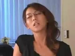淫靡なフェロモンを放つプライド高き淫乱女教師