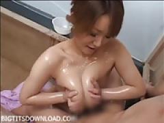 爆乳風俗嬢がお風呂場でローションパイズリ挟射!