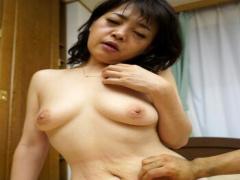 素人妻 地味顔の普通の五十路熟女のおばさんが激しく膣奥を突かれ生ハメ強...