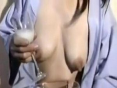 乳首責めで溢れる母乳をゲット