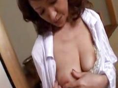 垂れ乳の熟女ママが欲求不満な息子に襲われてしまう禁断のエッチ