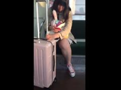 個人撮影 JK 盗撮 顔出し ヤバいやつ 旅行疲れでぐったりしている少女を電...