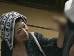 母子相姦 洗たく中に帰宅した息子にチンポを見せられるとしゃぶりつきアソ...