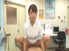 患者さんのチンポに跨り性交処置の解説をしながら中出しさせてお掃除フェ...