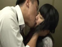 エレベーターの中に閉じ込められて錯乱し嫌がる生徒たちの唇や顔を舐めま...