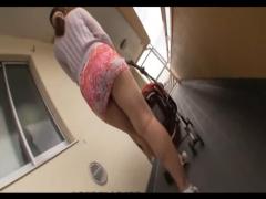 超ミニスカのムチムチ奥さんがパンチラさせながらマンションを徘徊!