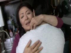 母子相姦 オナニーに夢中になり息子に見つかる六十路のお母さん。息子の愛...