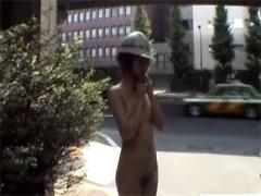 マジキチ 真昼間の東京都内を全裸散歩 昔の野外露出AVって本当に狂ってた...