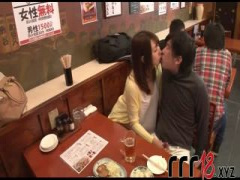 女性無料の居酒屋でギャルが自分の欲求を満たすためにM男を見つけてトイレ...