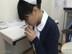 ナース 口で患者さんたちのチンポを咥え次々と口の中に出させて精液採取を...