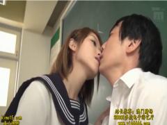 授業中にムラムラしちゃった女子校生が男子とベロチューしながらお互いの...