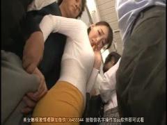娘と一緒に電車 後ろの勃起ちんぽが気になってしょうがない欲求不満な母親...