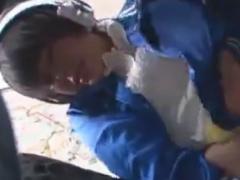 ショートカットのボーイッシュJDを電車で手マン痴漢動画