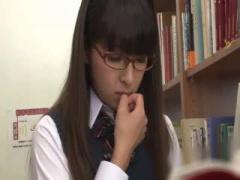 図書館で眼鏡の真面目な制服JKが痴漢オヤジにお漏らしさせられ公共施設で...