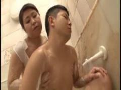 むっちり豊満熟女の五十路おばさんが風呂でスケベ洗体