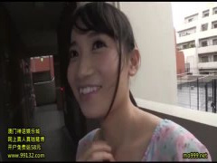 AKB大島〇子に激似のAV女優が素人宅を突撃 玄関でいきなり桃尻を見せつけ...