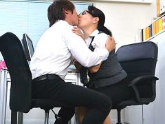お願い! キスだけ… 働いている美熟女さんを職場でナンパ! 頼みごとをして...