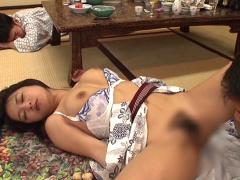 たまらない~! 我慢できん~! 温泉旅行で酔い潰れた妻を上司が旦那の前で...
