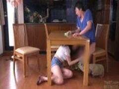 えっ⁉ちょっと待って! テーブルの下に潜ってチ○ポをしゃぶってくる彼女の...