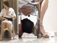 スカトロ M男 椅子の下に変態男を寝かせてうんこを食べさせて人間便器に! ...
