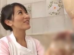 CFNM 美痴女な介護士さんがおじいさんの入浴介助でおっきくなったおちんち...