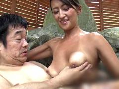 私が出来る最高のおもてなし…! 温泉宿でコッソリ営む露天風呂でソープでお...
