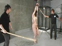 棒でビシビシ叩かれ拷問される全裸女 SM