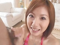 麻美ゆまがやさしく言葉責めしながら手コキする動画