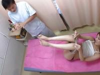 マッサージ中に熟睡した彼氏の隣でスリルを楽しむ激カワギャル